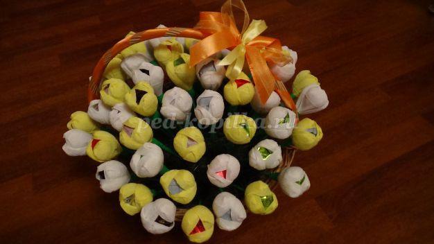 19495_8bb83356c66cbaa79b604017752ef741.jpg Тюльпаны из конфет и гофрированной бумаги. Тюльпаны из конфет: мастер-класс