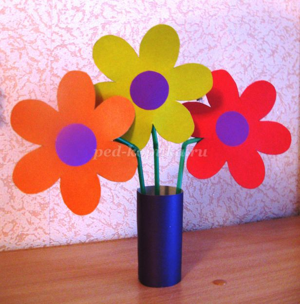 этом ваза с цветами из цветной бумаги на картоне то, что вам